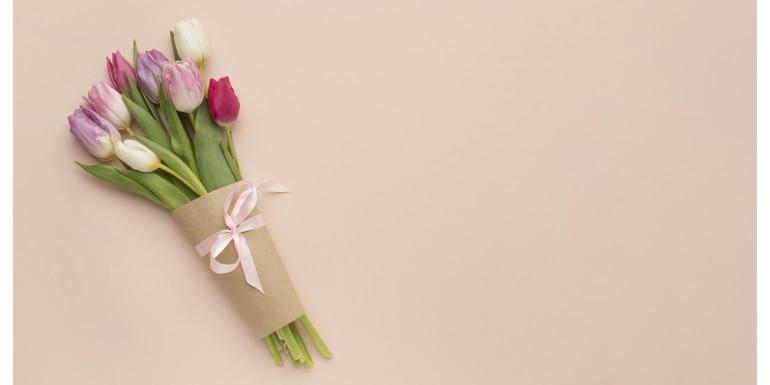 Dă un look special buchetelor de flori cu un ambalaj colorat