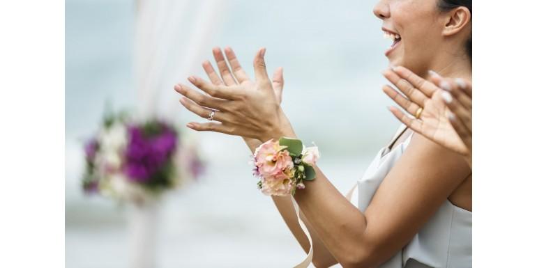 Cine poartă cocarde la nuntă?
